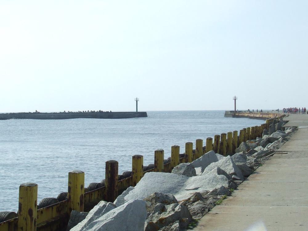Wejście do portu Darłowo osłonięte jest falochronami.